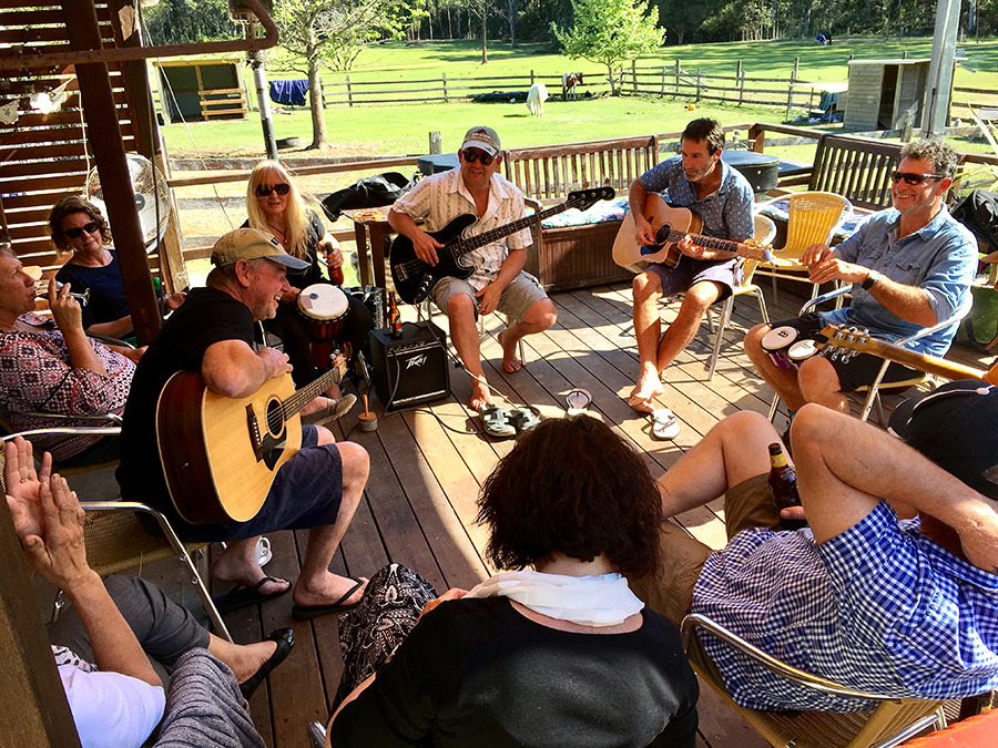 Alderley creek happy hour and muso's open mic night is a lovely experience.