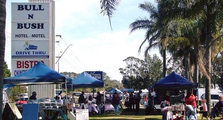 Medowie Community markets on the lawn outside the Bull 'n Bush.