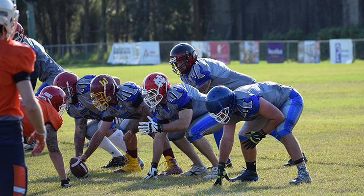 Bombers prepare to snap the ball against the Miners. Photo by TM Fotos   Photos by TM Fotos