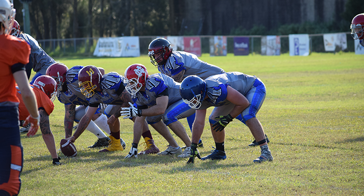 Bombers prepare to snap the ball against the Miners. Photo by TM Fotos