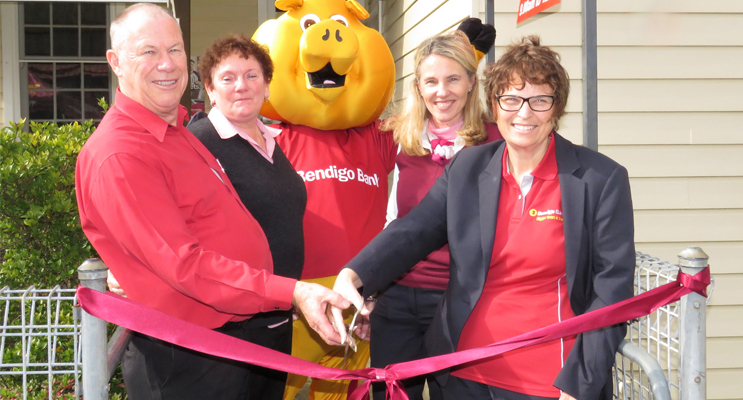 Roger and Judy Dixon, Bendigo Bank Mascot Piggy, Port Macquarie Branch Manager Kerry Lumby with Northern and Central Coast District Regional Manager Kim Rowley.
