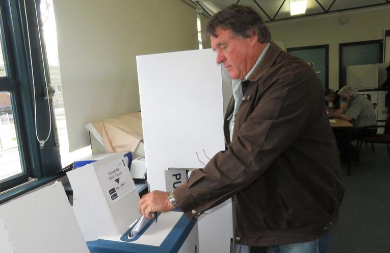 Brian Ede casts his vote in Bulahdelah.