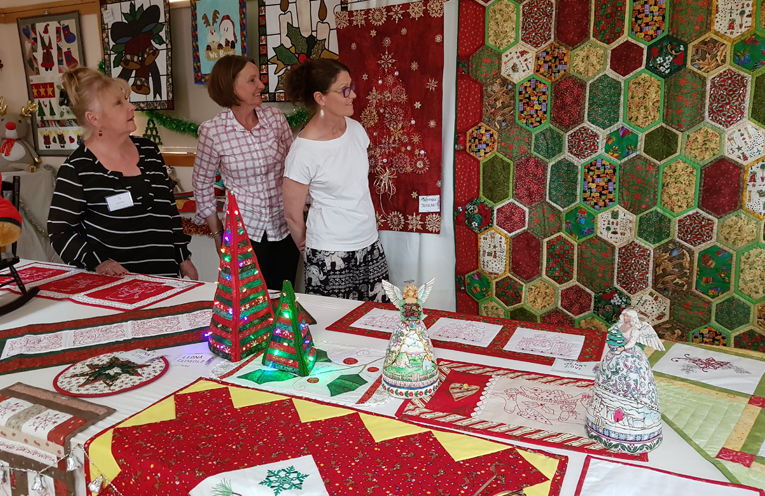 QUILTS BY THE MYALL: Christmas Display.