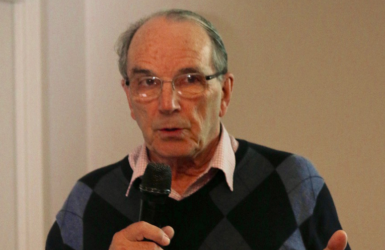 Colin Howard addressing the community meeting held on 16 July at Soldiers Point Bowling Club.